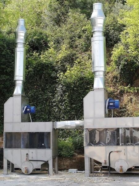 Filtri industriali ad acqua posizionati all'esterno
