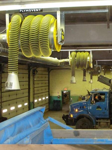 Arrotolatore a molla con bocchetta per aspirazione gas di scarico in officine meccaniche