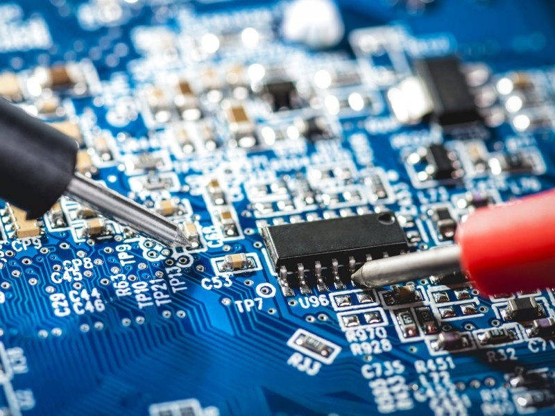 Aspirazione durante processo di saldatura su circuiti elettronici stampati