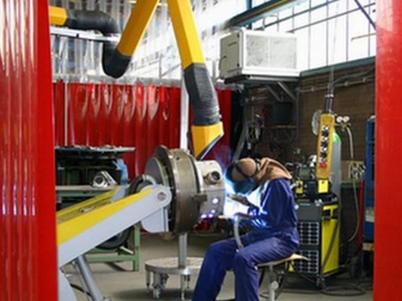 Separazione aree di lavoro per proteggere gli operatori durante le operazioni di saldatura
