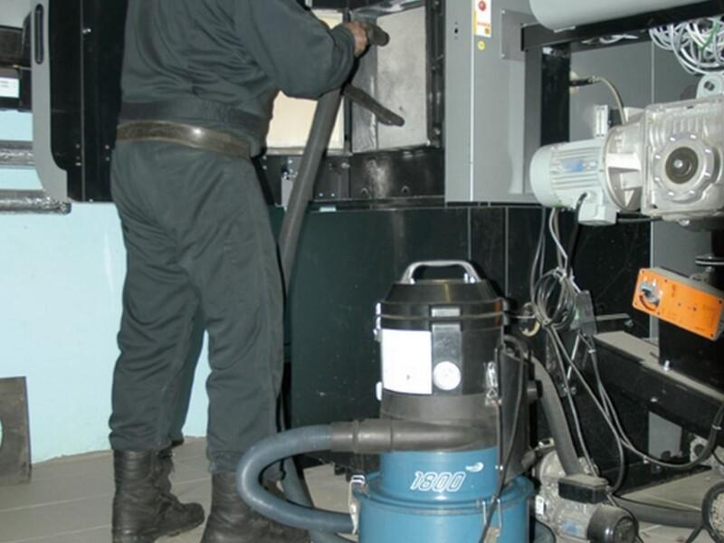 Filtrazione delle polveri fini di cenere e fuliggine durante la pulizia caldaie